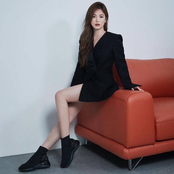 Song Hye Kyo gợi cảm bất ngờ với style tóc nâu môi trầm - ảnh 1