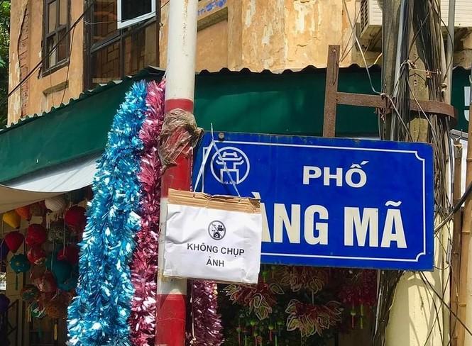Nhiều chủ quán trên phố Hàng Mã bị xử lý vì treo biển thu tiền chụp ảnh - ảnh 1