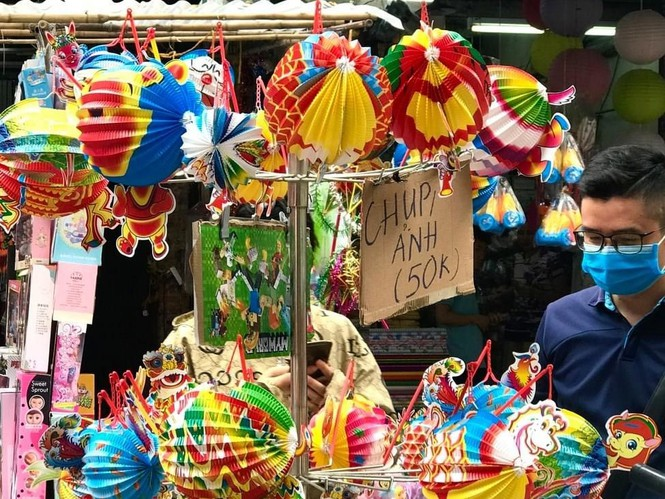 Nhiều chủ quán trên phố Hàng Mã bị xử lý vì treo biển thu tiền chụp ảnh - ảnh 4