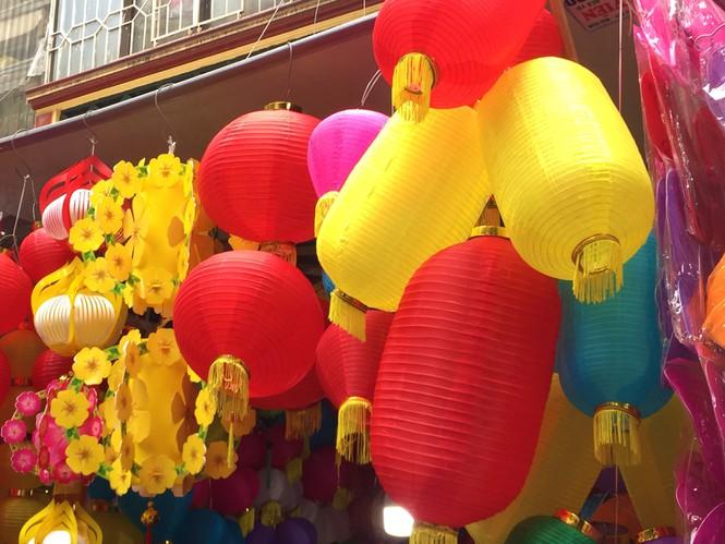 Nhiều chủ quán trên phố Hàng Mã bị xử lý vì treo biển thu tiền chụp ảnh - ảnh 6