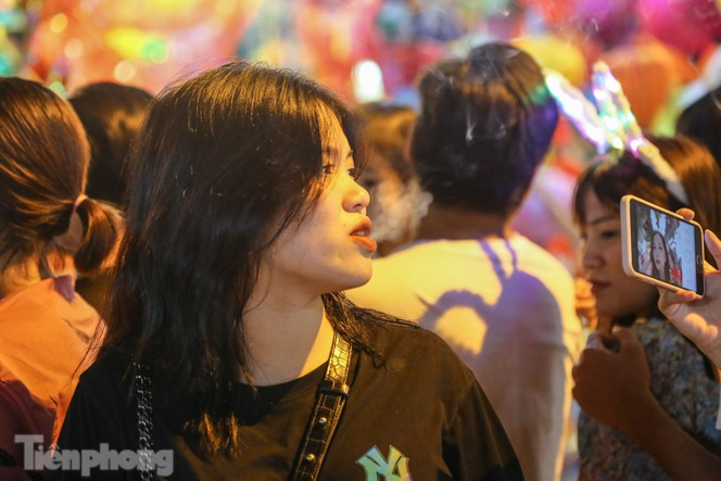 'Hốt bạc' nhờ bán kem nhả khói độc đáo mùa Trung thu Hà Nội - ảnh 10