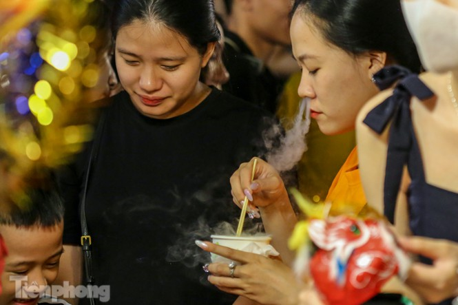 'Hốt bạc' nhờ bán kem nhả khói độc đáo mùa Trung thu Hà Nội - ảnh 11