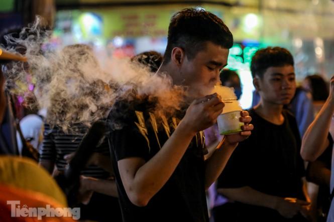 'Hốt bạc' nhờ bán kem nhả khói độc đáo mùa Trung thu Hà Nội - ảnh 13