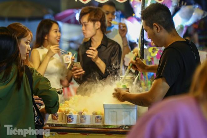 'Hốt bạc' nhờ bán kem nhả khói độc đáo mùa Trung thu Hà Nội - ảnh 1