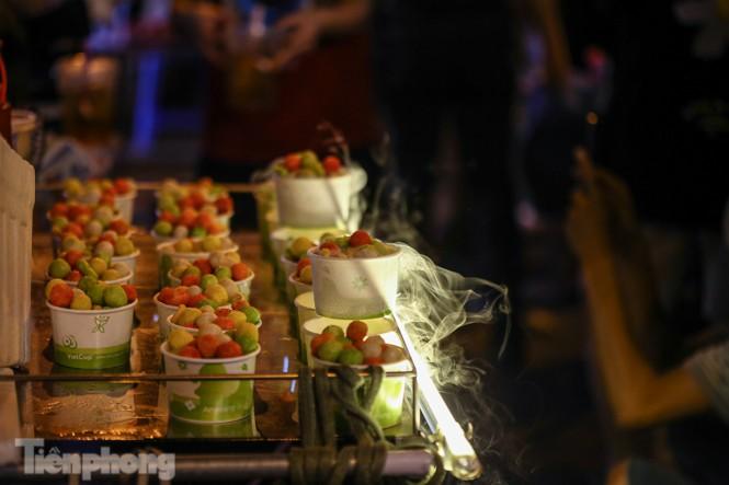 'Hốt bạc' nhờ bán kem nhả khói độc đáo mùa Trung thu Hà Nội - ảnh 2