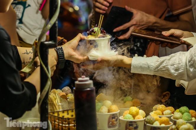 'Hốt bạc' nhờ bán kem nhả khói độc đáo mùa Trung thu Hà Nội - ảnh 4