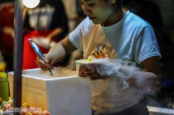 'Hốt bạc' nhờ bán kem nhả khói độc đáo mùa Trung thu Hà Nội - ảnh 3