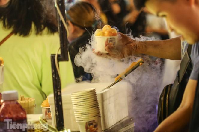 'Hốt bạc' nhờ bán kem nhả khói độc đáo mùa Trung thu Hà Nội - ảnh 6