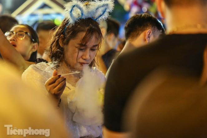 'Hốt bạc' nhờ bán kem nhả khói độc đáo mùa Trung thu Hà Nội - ảnh 7