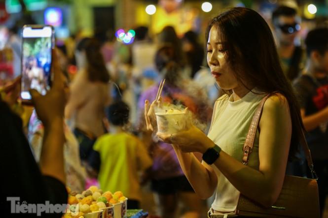 'Hốt bạc' nhờ bán kem nhả khói độc đáo mùa Trung thu Hà Nội - ảnh 8
