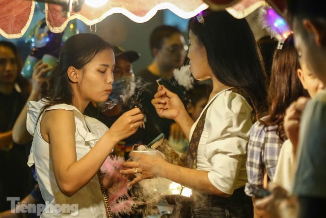 'Hốt bạc' nhờ bán kem nhả khói độc đáo mùa Trung thu Hà Nội - ảnh 9