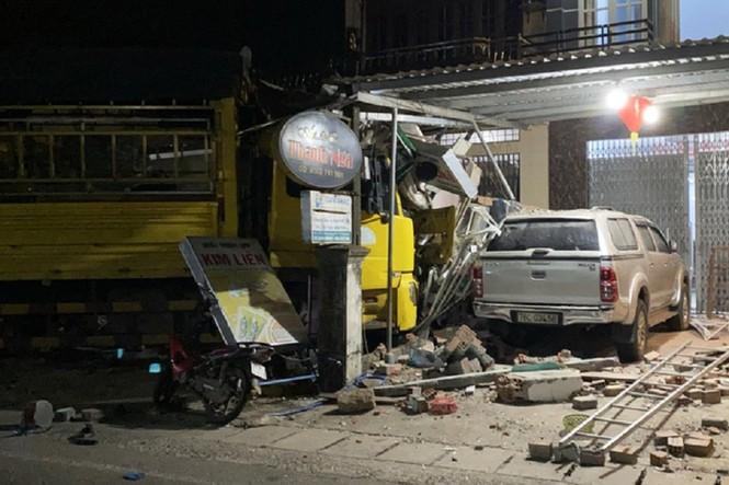 Xe điên lao vào nhà dân ở Quảng Ngãi, chủ tiệm thuốc tây thoát chết trong gang tấc - ảnh 5