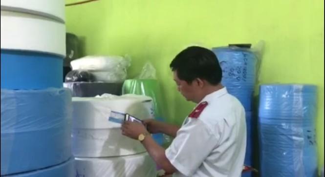 Phú Yên: Thu giữ gần 80.000 khẩu trang y tế chưa đủ điều kiện lưu hành - ảnh 2