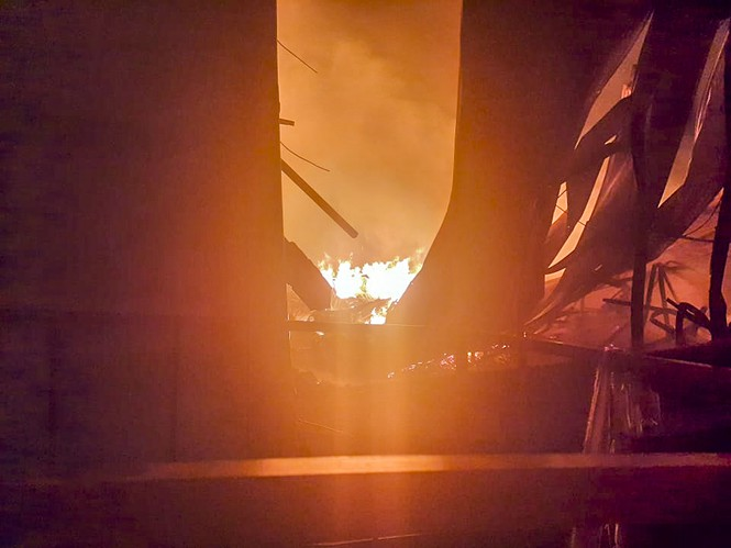 Hàng chục lính cứu hỏa chữa cháy xuyên đêm tại nhà xưởng xí nghiệp đồ gỗ xuất khẩu - ảnh 3