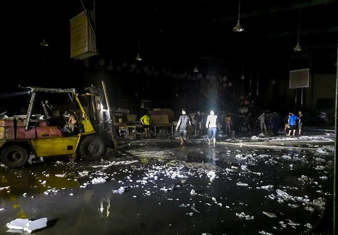 Hàng chục lính cứu hỏa chữa cháy xuyên đêm tại nhà xưởng xí nghiệp đồ gỗ xuất khẩu - ảnh 5