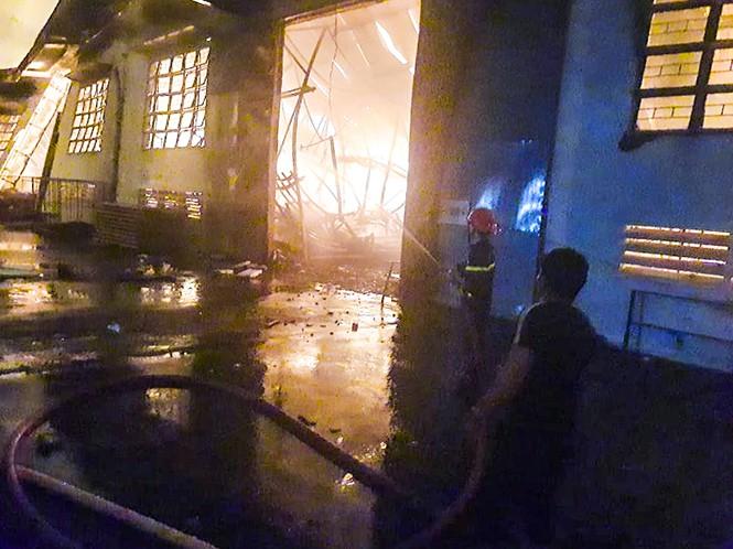 Hàng chục lính cứu hỏa chữa cháy xuyên đêm tại nhà xưởng xí nghiệp đồ gỗ xuất khẩu - ảnh 4