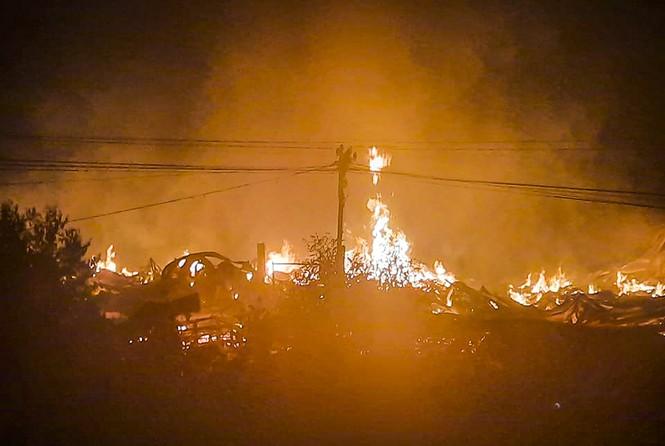 Hàng chục lính cứu hỏa chữa cháy xuyên đêm tại nhà xưởng xí nghiệp đồ gỗ xuất khẩu - ảnh 1
