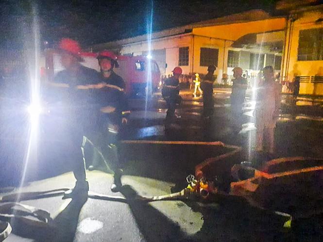 Hàng chục lính cứu hỏa chữa cháy xuyên đêm tại nhà xưởng xí nghiệp đồ gỗ xuất khẩu - ảnh 2