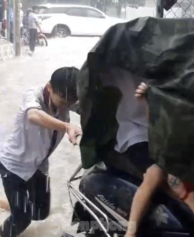 Khen thưởng hai học sinh đội mưa đẩy xe giúp người đi đường trong mưa ngập - ảnh 1