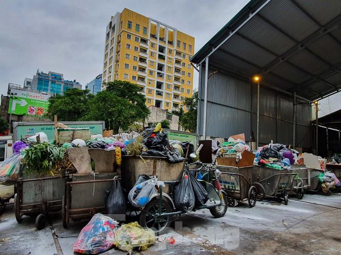 Dân chặn xe vào Nam Sơn, rác lại 'bao vây' đường phố Hà Nội - ảnh 4