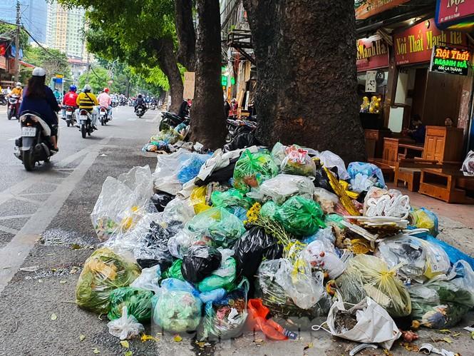 Dân chặn xe vào Nam Sơn, rác lại 'bao vây' đường phố Hà Nội - ảnh 7