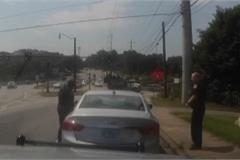 Cảnh sát đu theo ô tô nghi phạm như trong phim
