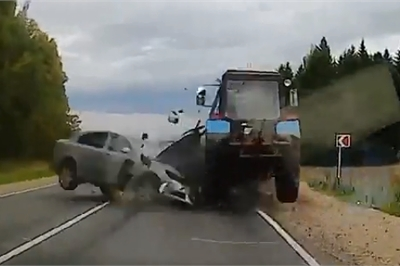 Đâm vào máy kéo, sedan thiệt hại nặng nề