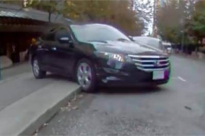 Nhầm chân ga, xe Honda lùi hết cỡ rồi lật ngửa