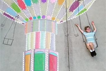 Cậu bé 14 tuổi vẽ tranh 'du lịch vòng quanh thế giới' đẹp lung linh cho em trai