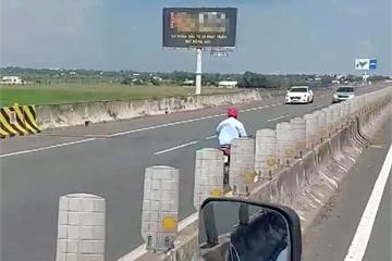 Chiếc xe máy lao 'bạt mạng' ngược chiều trên cao tốc khiến tài xế ô tô phát hoảng