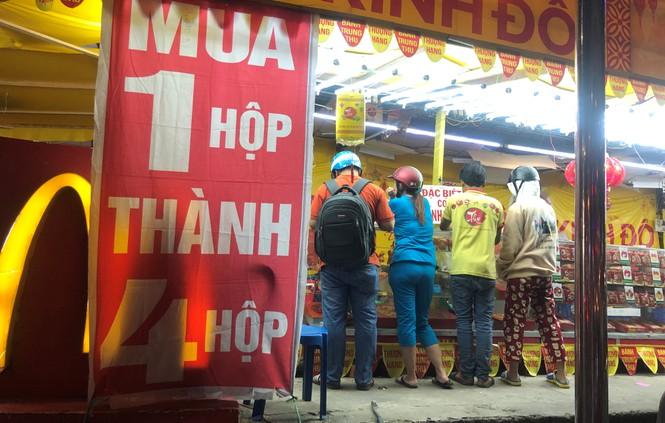Chiêu trò bán bánh trung thu 'đại hạ giá' ở Sài Gòn - ảnh 1