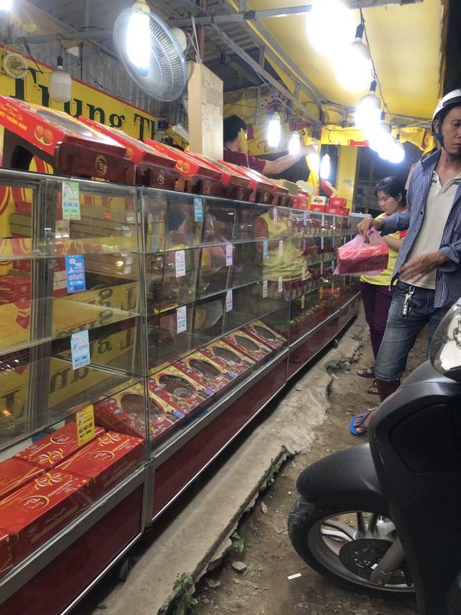 Chiêu trò bán bánh trung thu 'đại hạ giá' ở Sài Gòn - ảnh 4