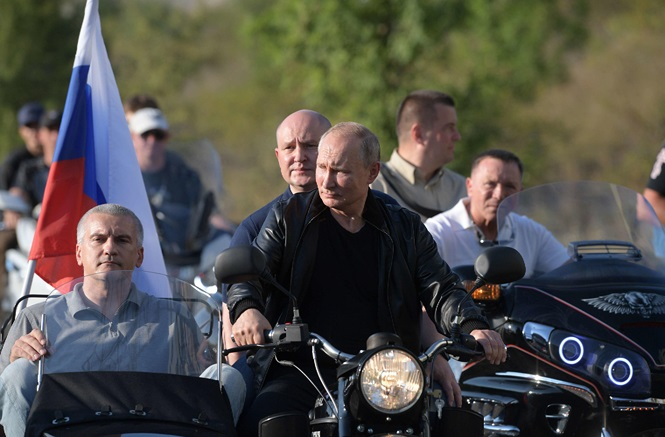 Ông Putin diện áo da cực ngầu , lái 'xít đờ ca' Ural huyền thoại - ảnh 2