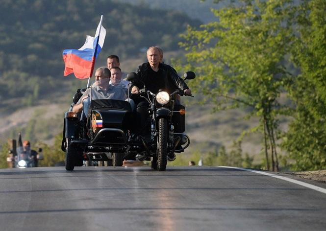 Ông Putin diện áo da cực ngầu , lái 'xít đờ ca' Ural huyền thoại - ảnh 1