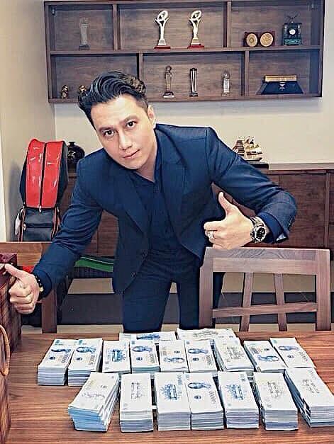 Việt Anh khoe bàn đầy tiền sau khi bị dân mạng chê bai nhan sắc thẩm mỹ - ảnh 2