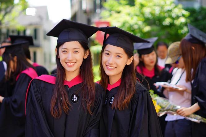 Cặp chị em sinh đôi tốt nghiệp Harvard làm MC truyền hình - ảnh 1