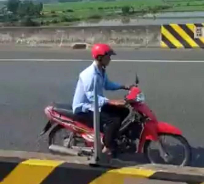 Người đàn ông liều mạng điều khiển xe máy chạy ngược chiều trên cao tốc - ảnh 2