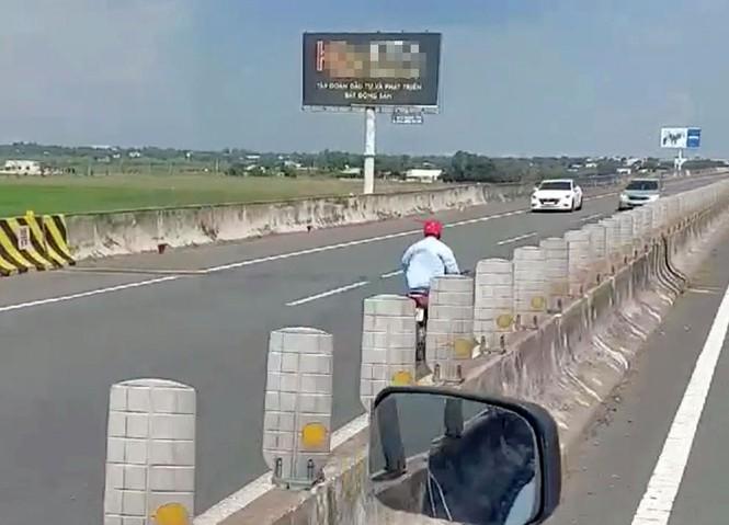 Người đàn ông liều mạng điều khiển xe máy chạy ngược chiều trên cao tốc - ảnh 1