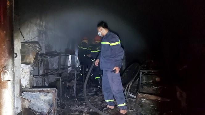Sau tiếng nổ lớn, cửa hàng điện tử bốc cháy dữ dội - ảnh 3