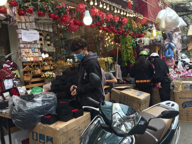 Hoa 'vĩnh cửu' tiền triệu đắt khách dịp Valentine - ảnh 1