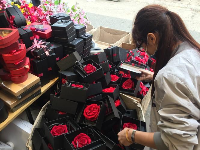 Hoa 'vĩnh cửu' tiền triệu đắt khách dịp Valentine - ảnh 2