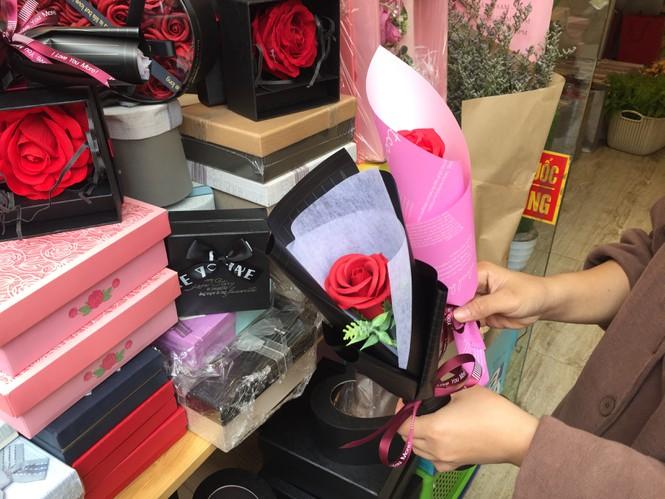 Hoa 'vĩnh cửu' tiền triệu đắt khách dịp Valentine - ảnh 3