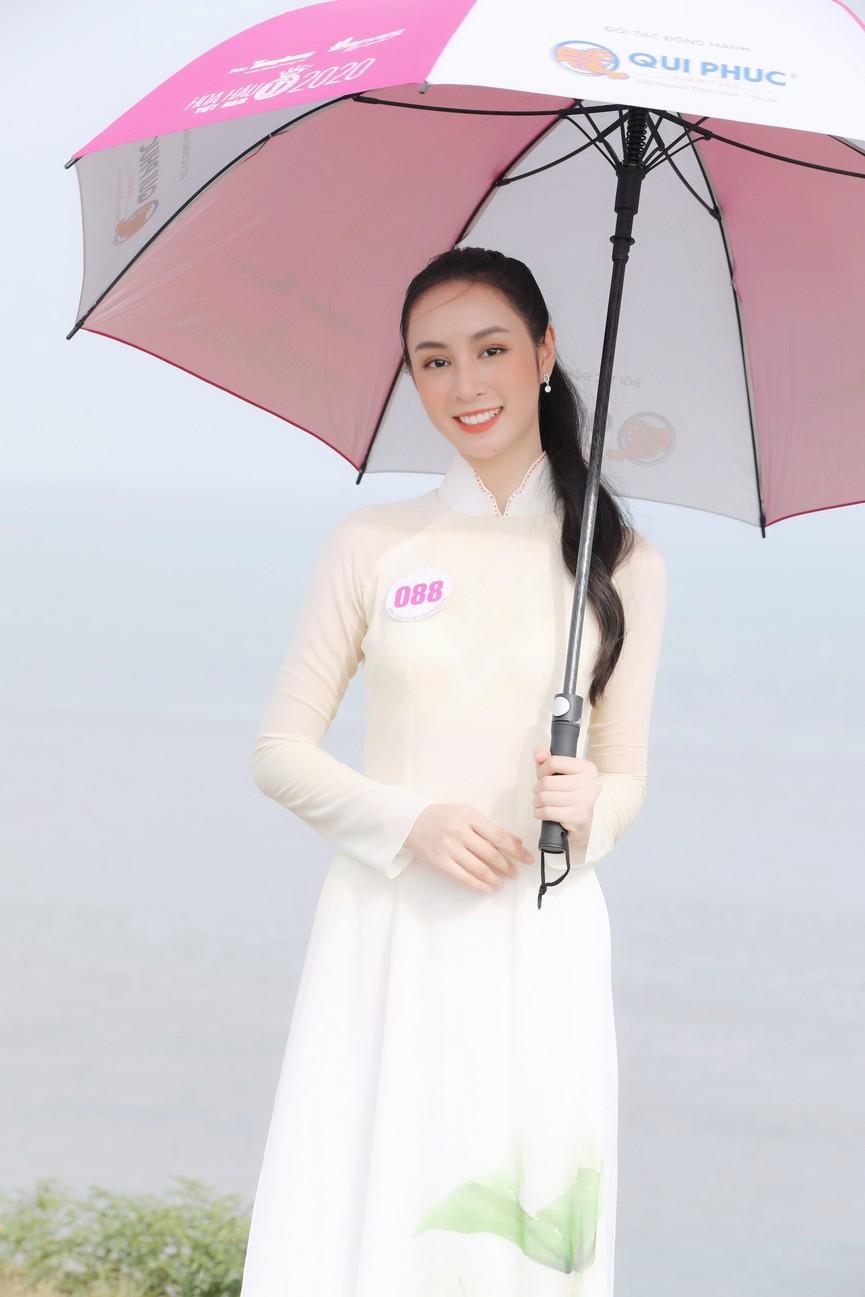 Thí sinh HHVN 2020 đẹp tinh khôi với áo dài trắng, 'check-in' thắng cảnh đẹp ở Vũng Tàu - ảnh 9