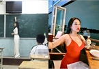 Cô giáo trẻ ăn mặc nóng bỏng khi rời bục giảng gây sốt