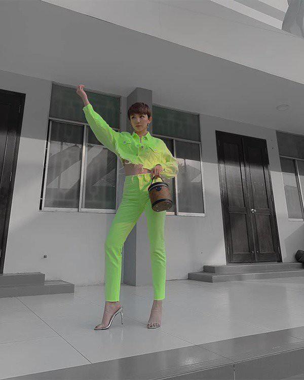 "Hoc Toc Tien phoi do sang chanh voi trang phuc mau xanh la ""kho nhan""-Hinh-7"