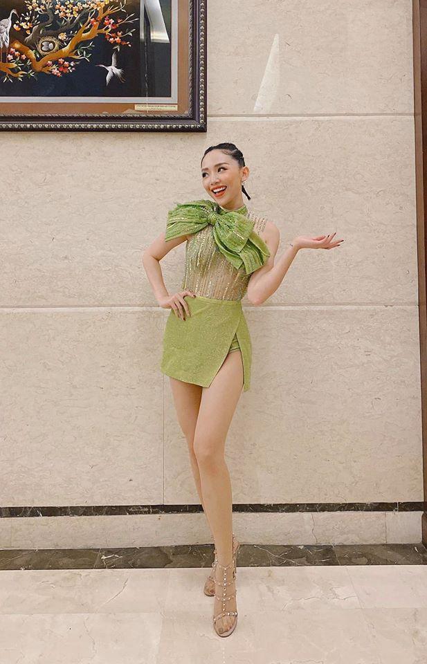 "Hoc Toc Tien phoi do sang chanh voi trang phuc mau xanh la ""kho nhan""-Hinh-8"