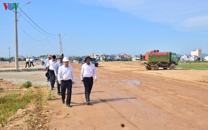 Ông Phan Ngọc Thọ - Chủ tịch UBND tỉnh TT Huế kiểm tra hạ tầng khu tái định cư.