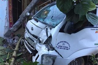 Xe tập lái đâm vào nhà dân, lái xe nhập viện cấp cứu