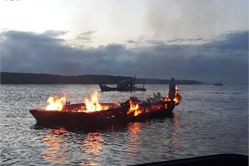 Tàu kéo bốc cháy ngùn ngụt, 4 người thoát chết ở TPHCM