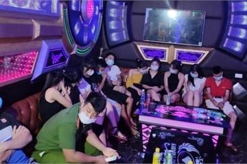 Bắt giữ 30 thanh, thiếu niên 'lắc lư' trong quán karaoke